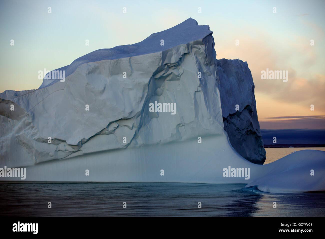 Sous le soleil de minuit Iceberg au large de la côte ouest du Groenland Photo Stock