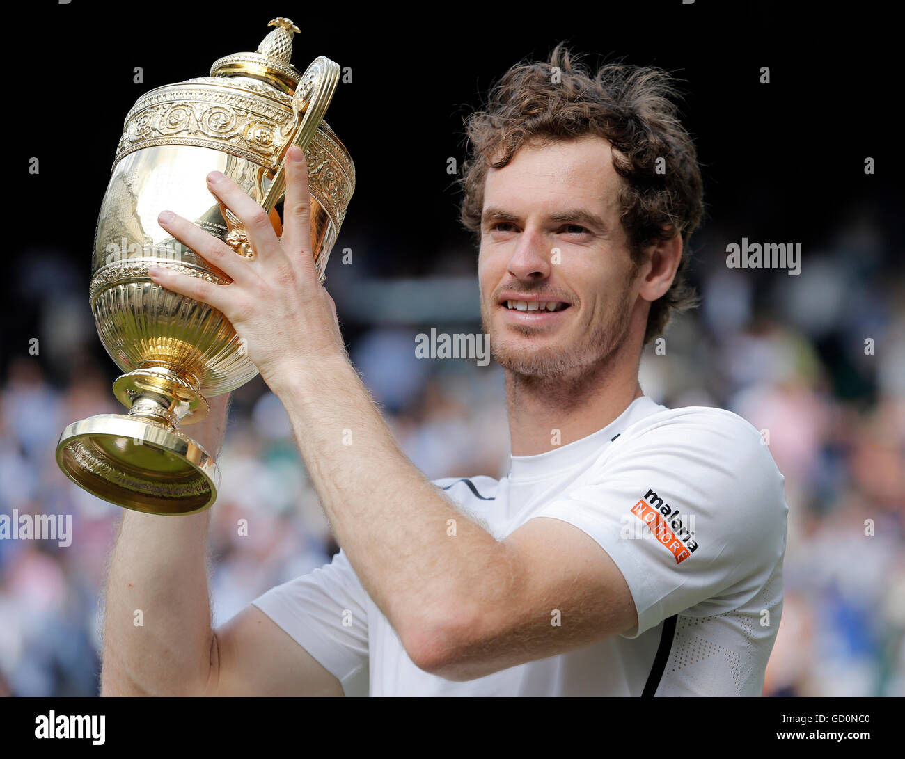 Andy Murray avec Trophy Milos Raonic V Andy Murray Mens Final La Wimbledon 2016 Le All England Tennis Club, Wimbledon, Photo Stock
