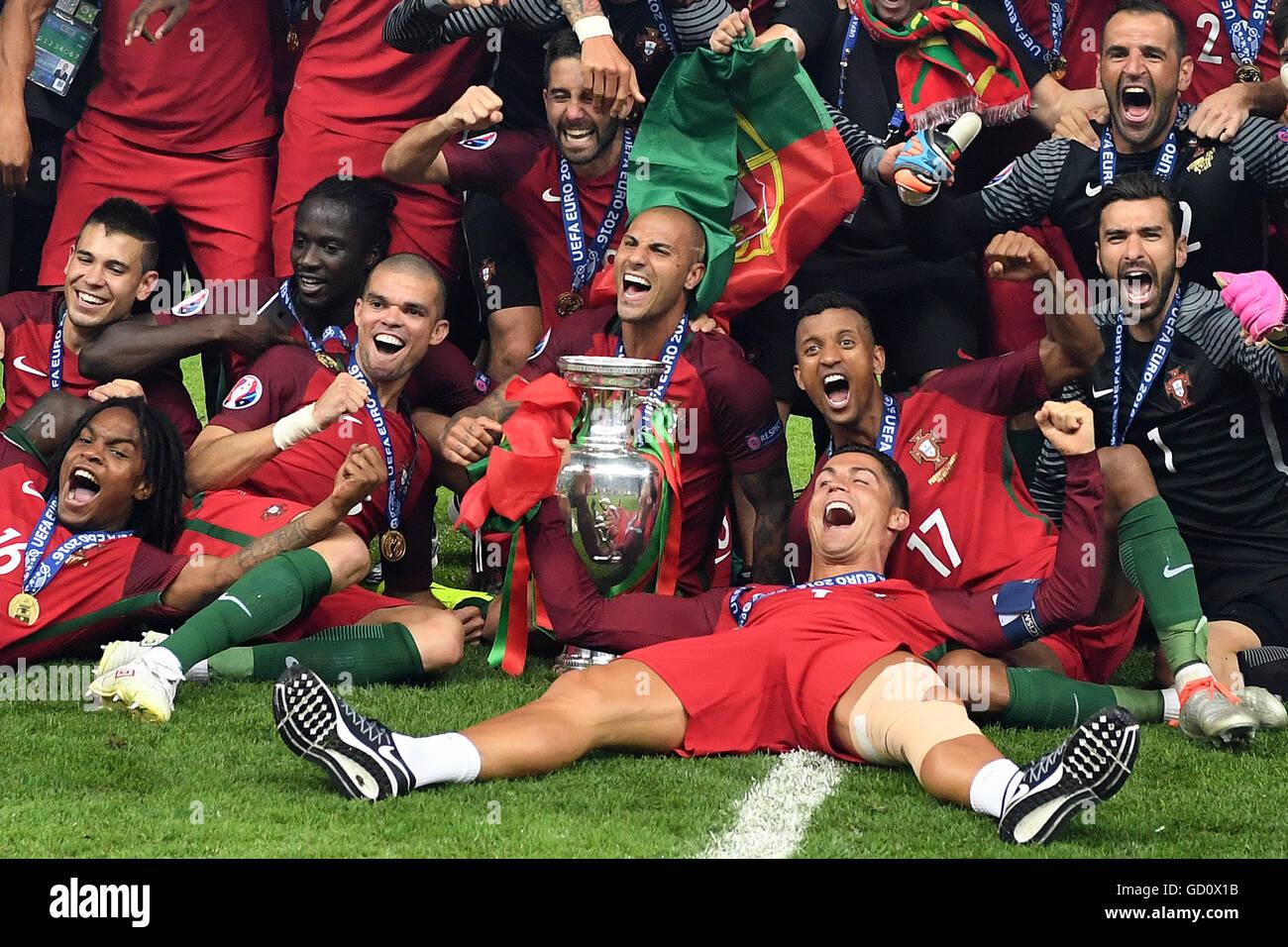 Les joueurs du Portugal célèbre après avoir remporté l'UEFA EURO 2016 football match de Photo Stock