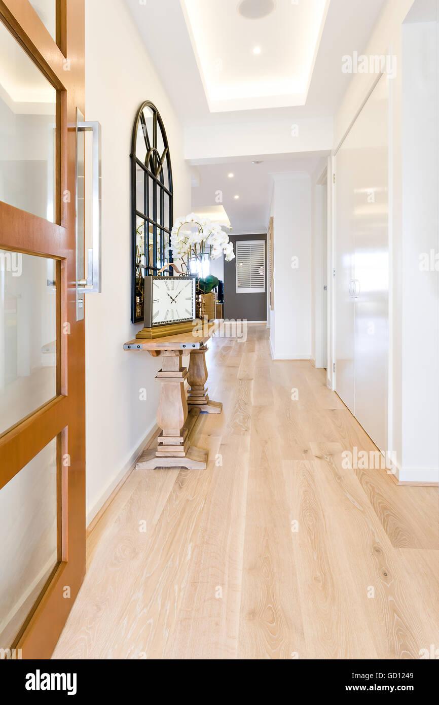 Couloir d\'une maison moderne avec plancher en bois, y compris la ...
