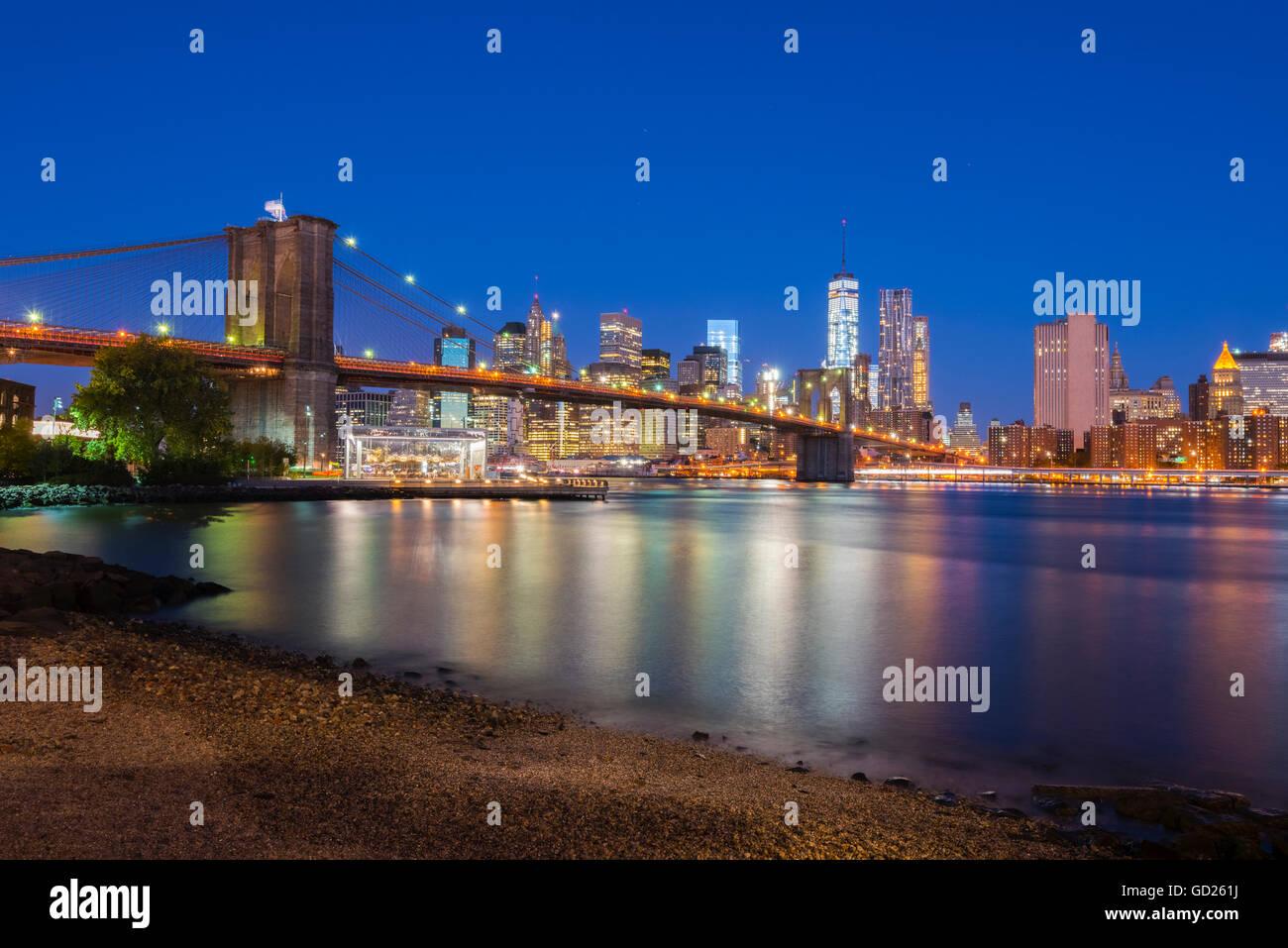 Pont de Brooklyn au cours de l'East River, le Lower Manhattan skyline, y compris la liberté de la Tour Photo Stock