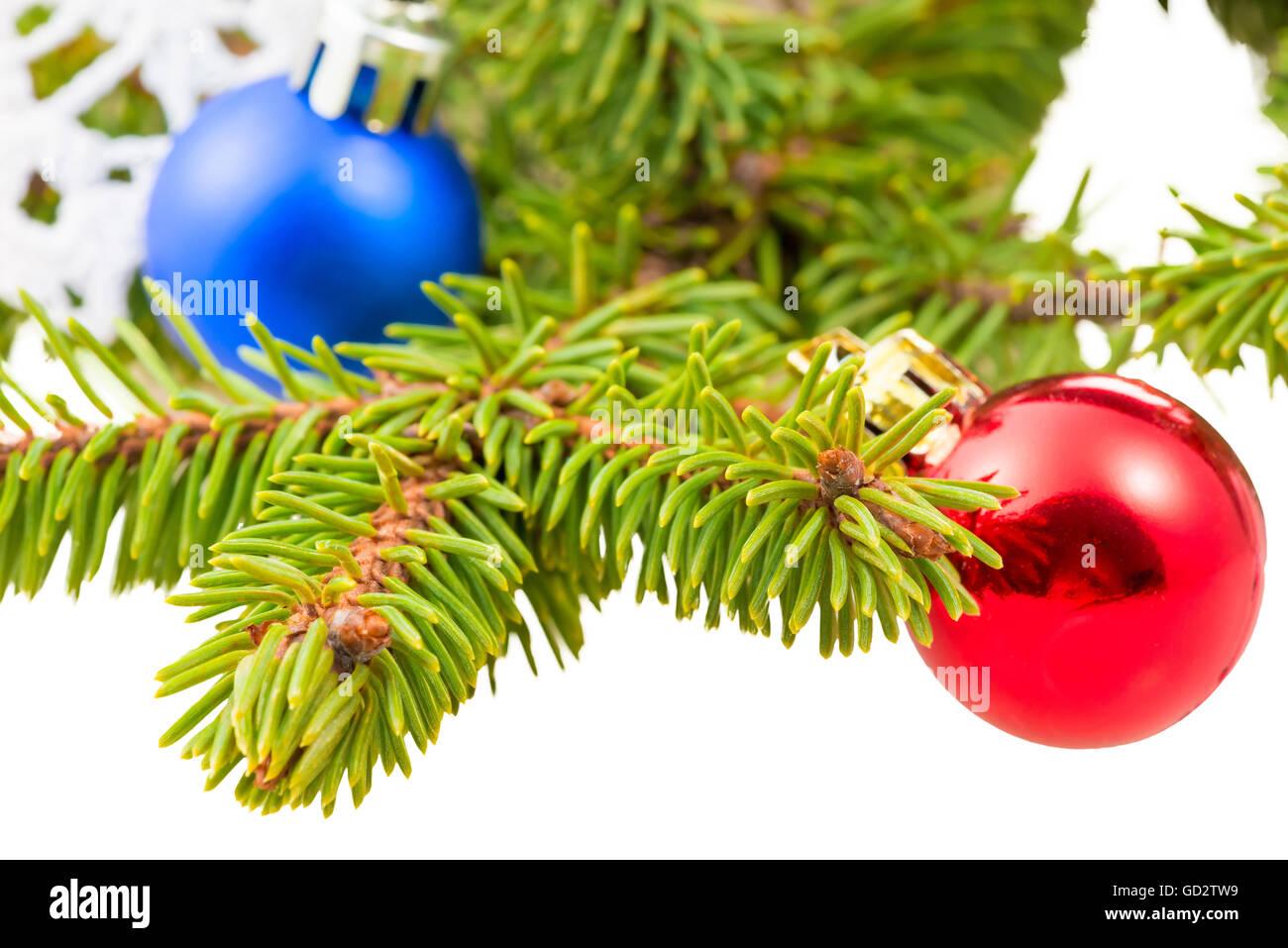 Branches de sapin vert gros plans et de petites boules Photo Stock