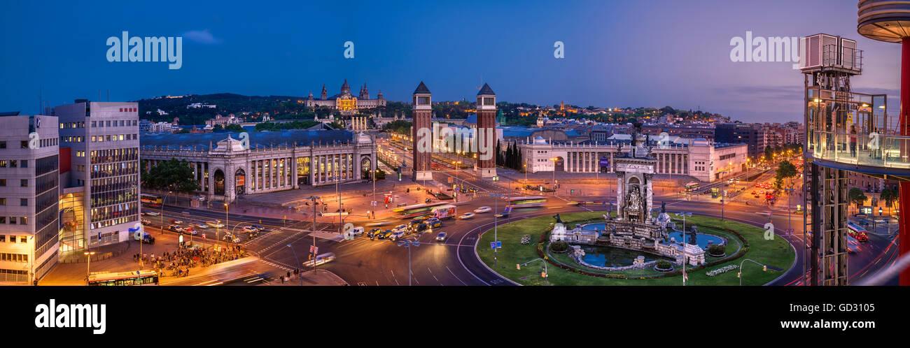 Voir au crépuscule sur la Plaça d'Espanya et la Plaza de España, Barcelone, Catalogne, Espagne Photo Stock