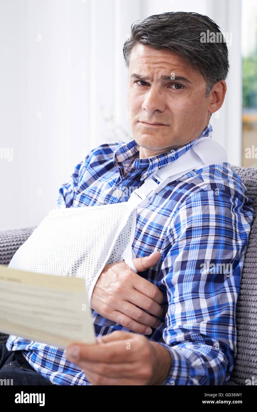 Homme mûr pour lire une lettre envoyée sur les blessures Photo Stock