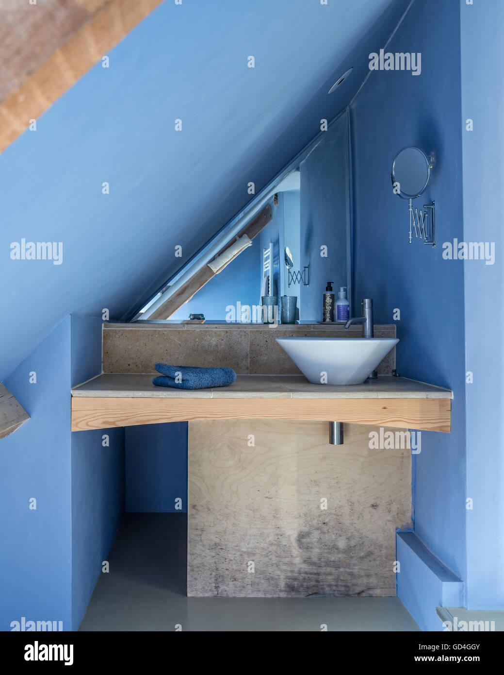 Salle De Bain Bleu Et Bois ~ salle de bains bleu construit sous les goutti res avec unit s de