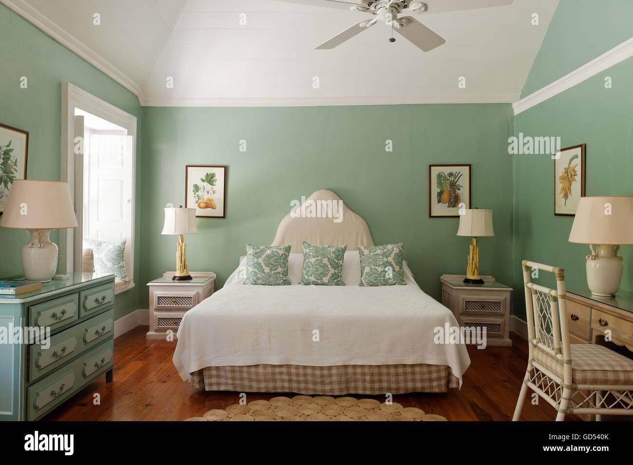 Chambre vert pastel avec des lampes de chevet à Leamington chambre ...