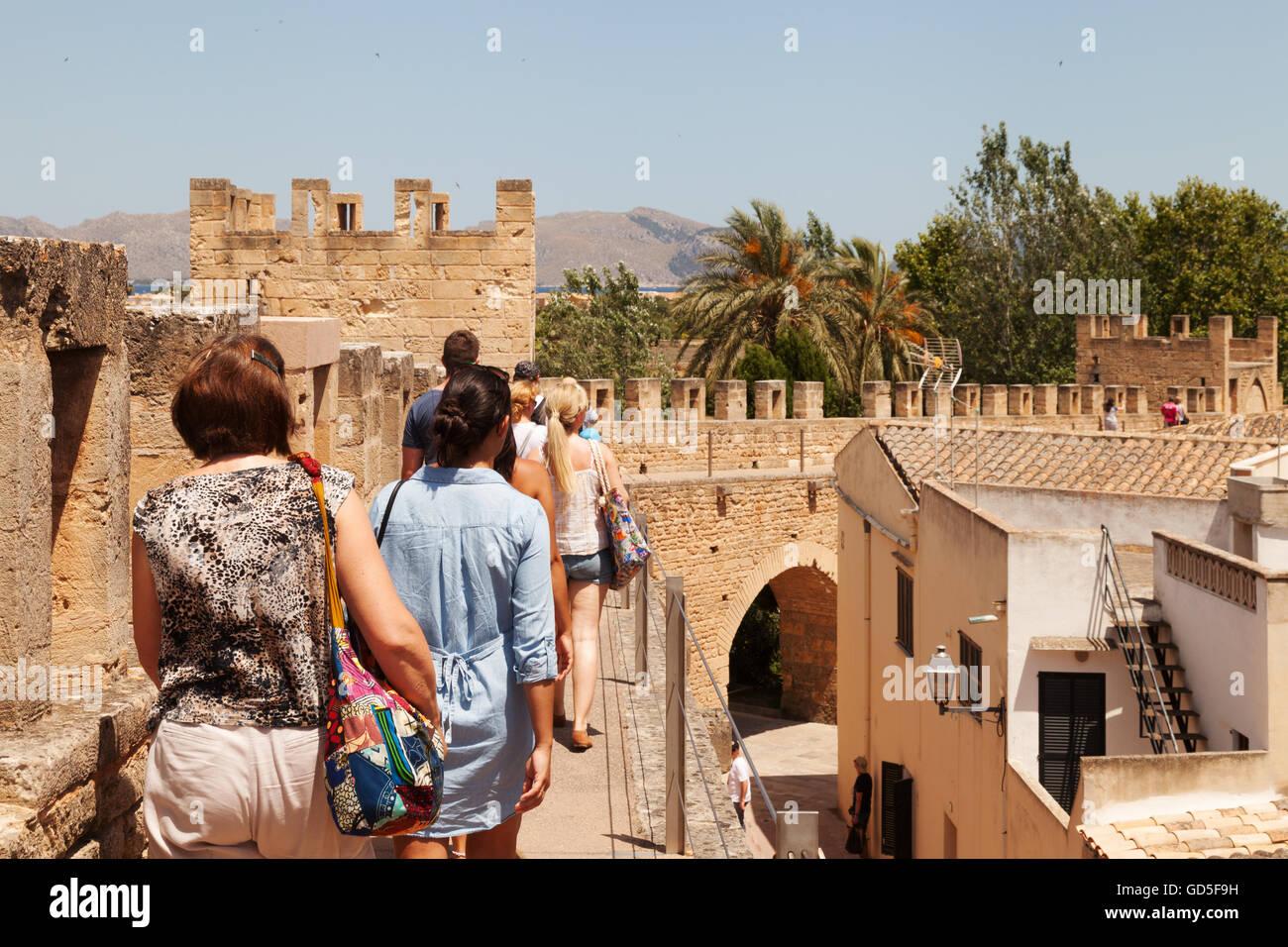 Les gens qui marchent les murs de la vieille ville, Alcudia, Mallorca, Majorque ( ), Îles Baléares, Espagne Europe Banque D'Images