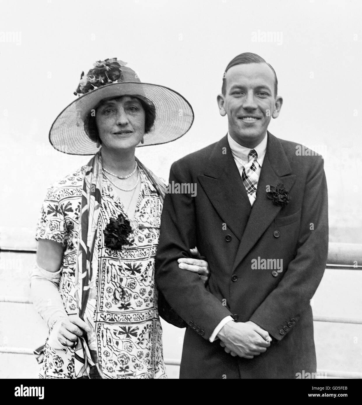 Noel Coward (1899-1973) avec l'actrice Lillian Braithwaite (1873-1948), sa co-star dans sa pièce Le Vortex. Photo Stock