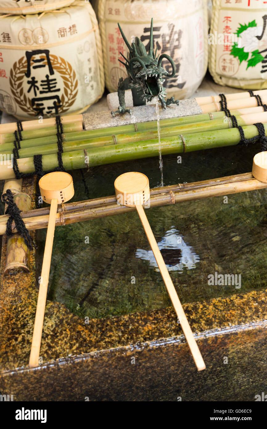 Fermer la vue sur un temizuya japonais, une purification font de purification rituelle dans un temple ou lieu de Photo Stock