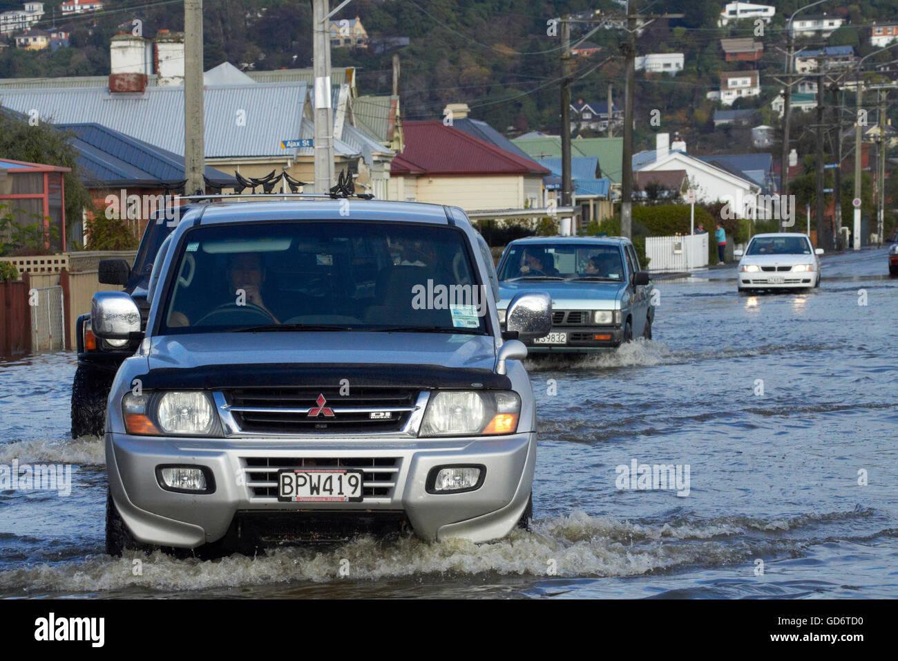 Le trafic sur la baie inondée Voir Road, South Dunedin Dunedin, inondations, île du Sud, Nouvelle-Zélande Banque D'Images