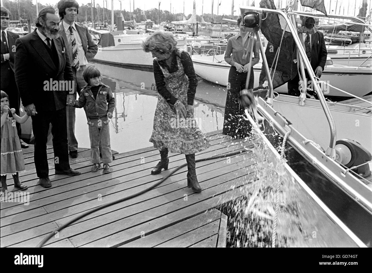 AJAXNETPHOTO. 1976. SWANICK, Angleterre. (L-R) ANGUS PRIMROSE (BARBE AVEC_ LOOKIS SUR TANDIS QUE SA FEMME DÉMON Photo Stock