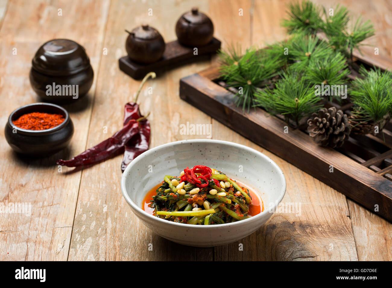 La nourriture traditionnelle coréenne - Kimchi (radis marinés fermentés/les jeunes, Cuisine asiatique) Photo Stock
