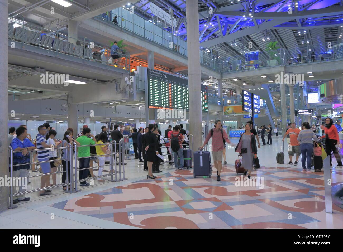 Les gens voyagent à l'aéroport de Suvarnabhumi à Bangkok en Thaïlande Photo Stock