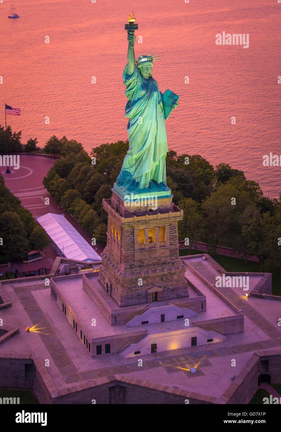 La Statue de la liberté est une colossale sculpture néoclassique sur Liberty Island dans le port de New Photo Stock