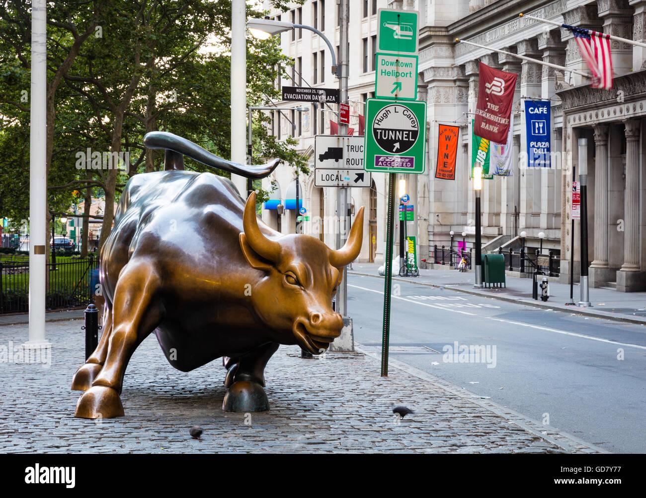 Bull de charge dans le quartier financier de la ville de New York, près de Wall Street Photo Stock