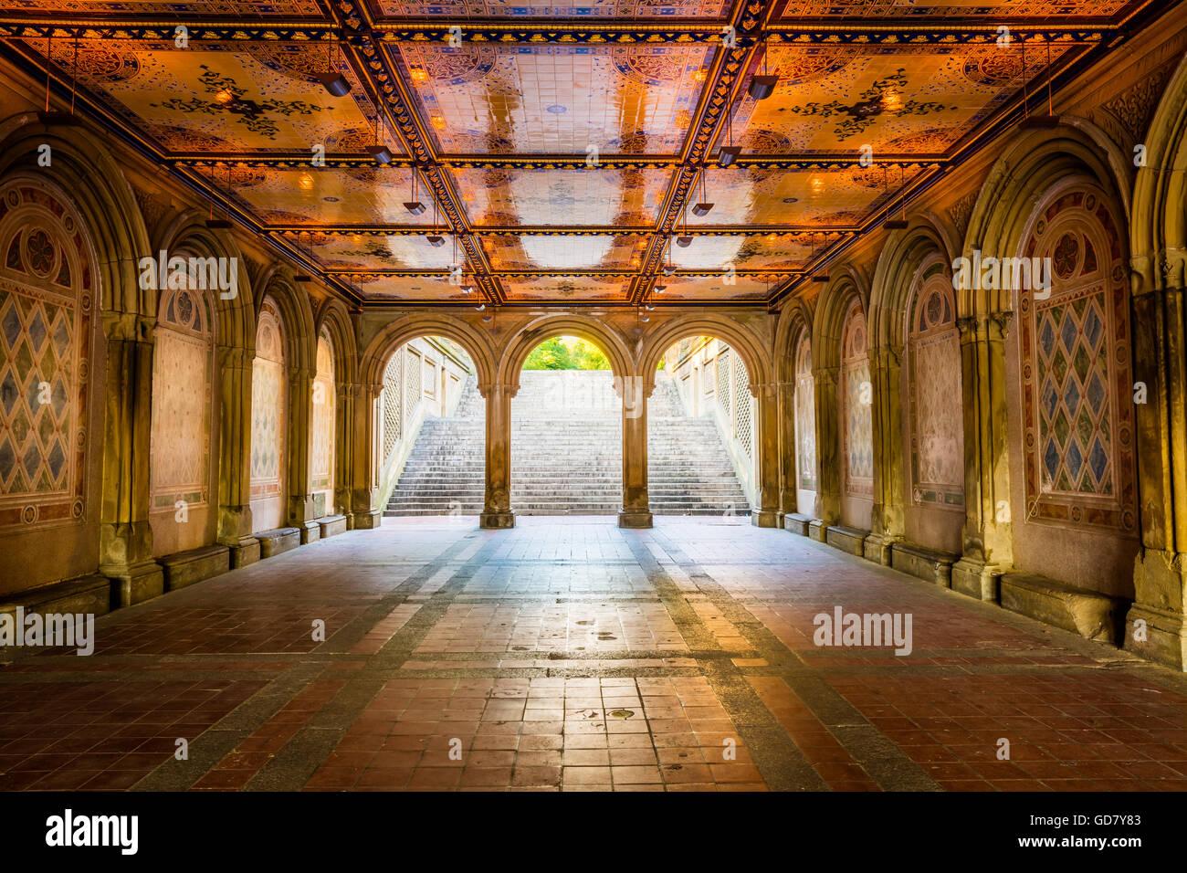 Bethesda Fountain et terrasse donnent sur le lac, à New York City's Central Park Banque D'Images