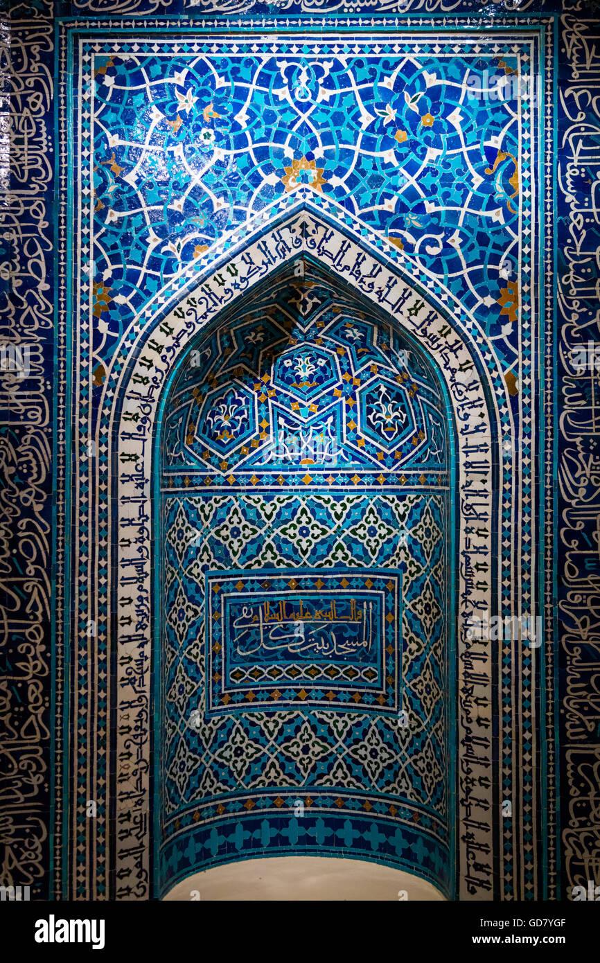 Une prière du 14e siècle, ou de niche mihrab, d'une école théologique à Isfahan, Iran. Photo Stock