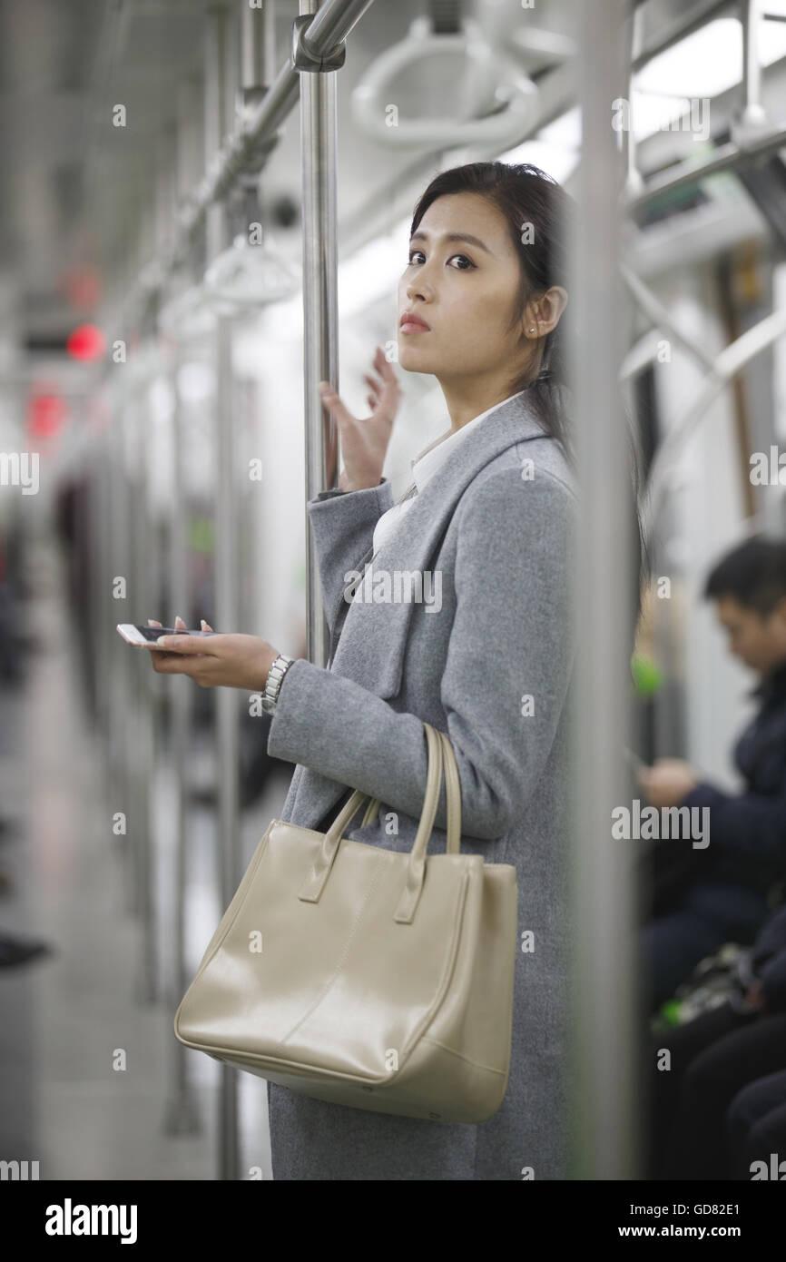 Les jeunes femmes prendre le métro Photo Stock