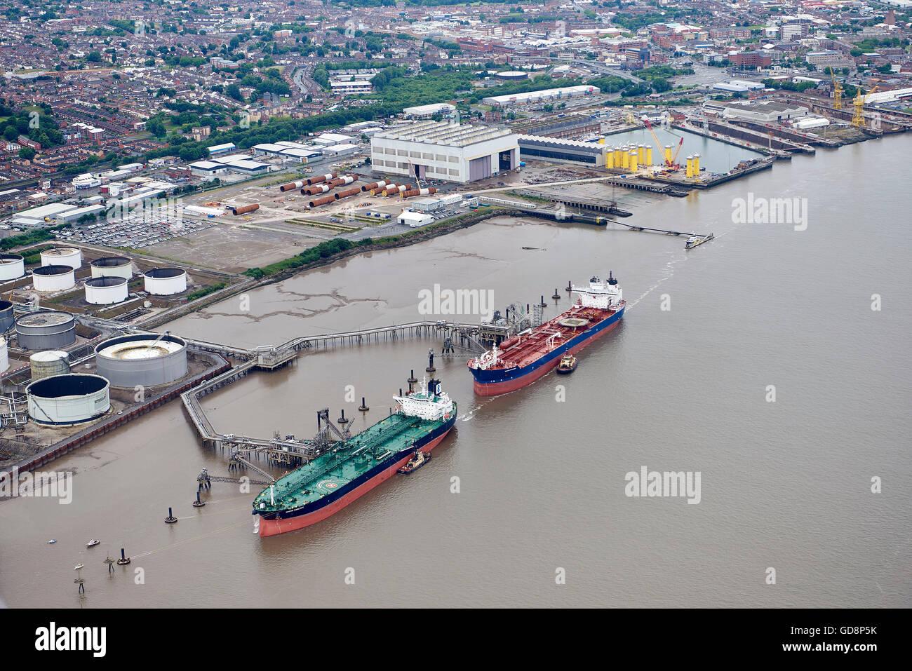 Les pétroliers amarrés sur le côté de la Mersey, Birkenhead, North West England Banque D'Images