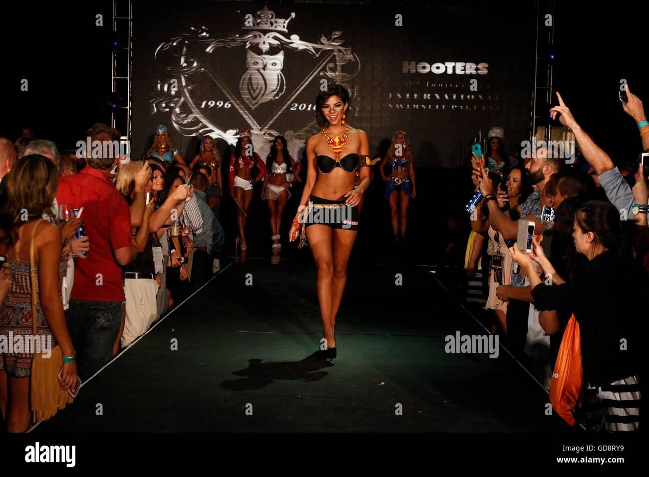 Sabrina Morales Du Mexique Portant Un Costume D Inspiration Azteque