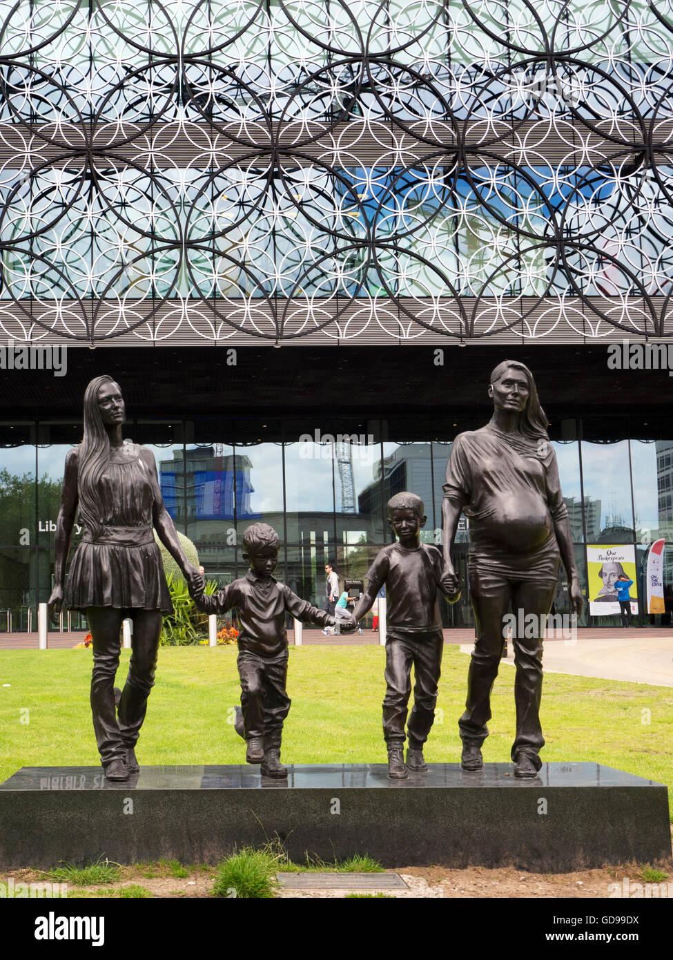 Une véritable sculpture de la famille Birmingham par Gillian Wearing dans Centenary Square Birmingham West Photo Stock