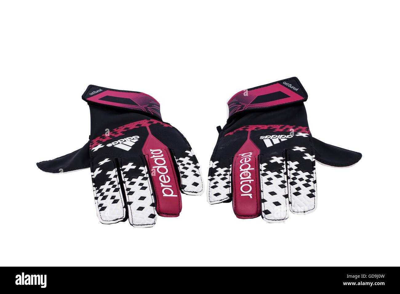 Une paire de gants de gardien de football sur un fond blanc Photo Stock