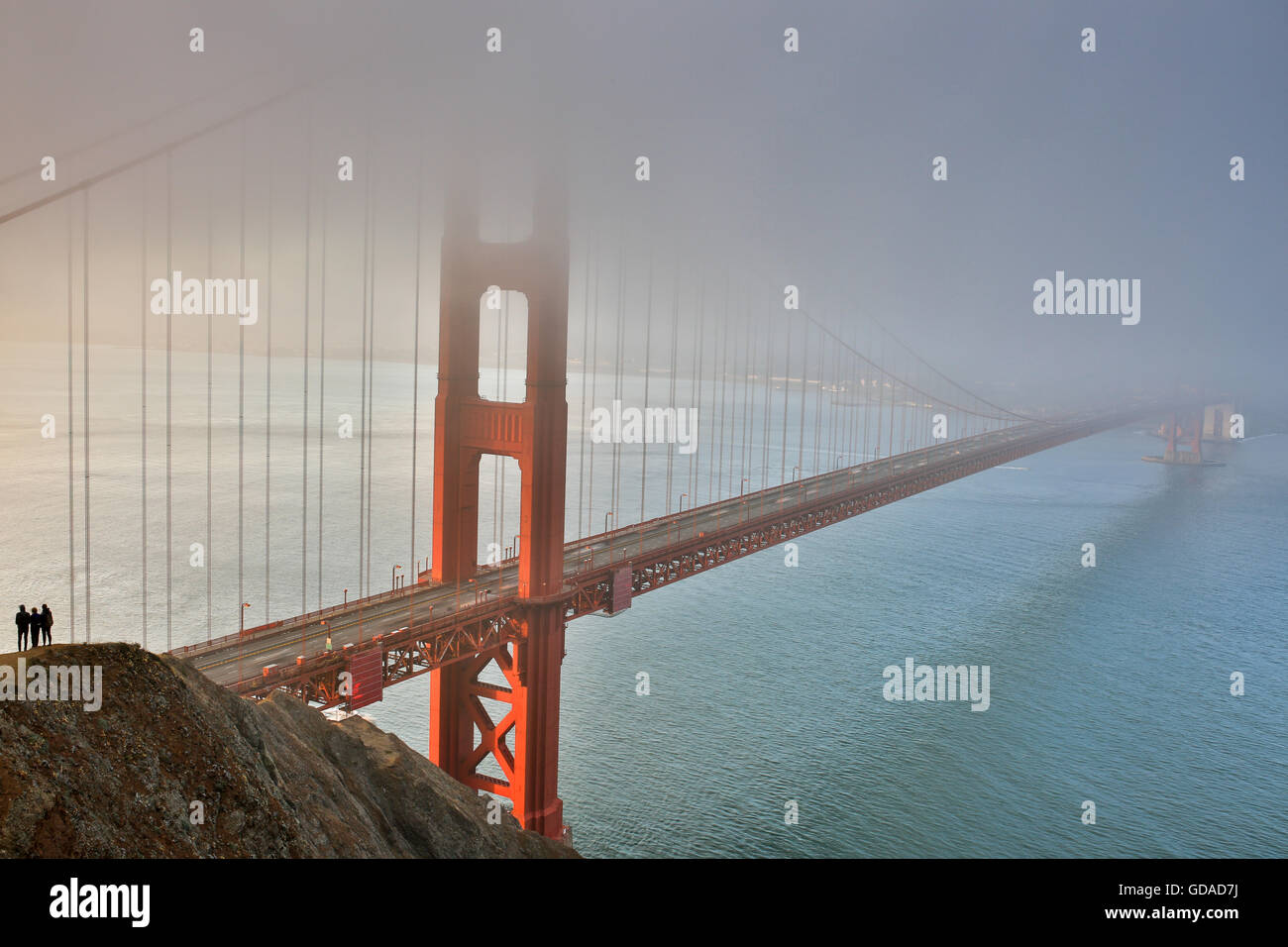 Brume, brouillard, et des silhouettes. Le Golden Gate Bridge, San Francisco, California, USA Photo Stock
