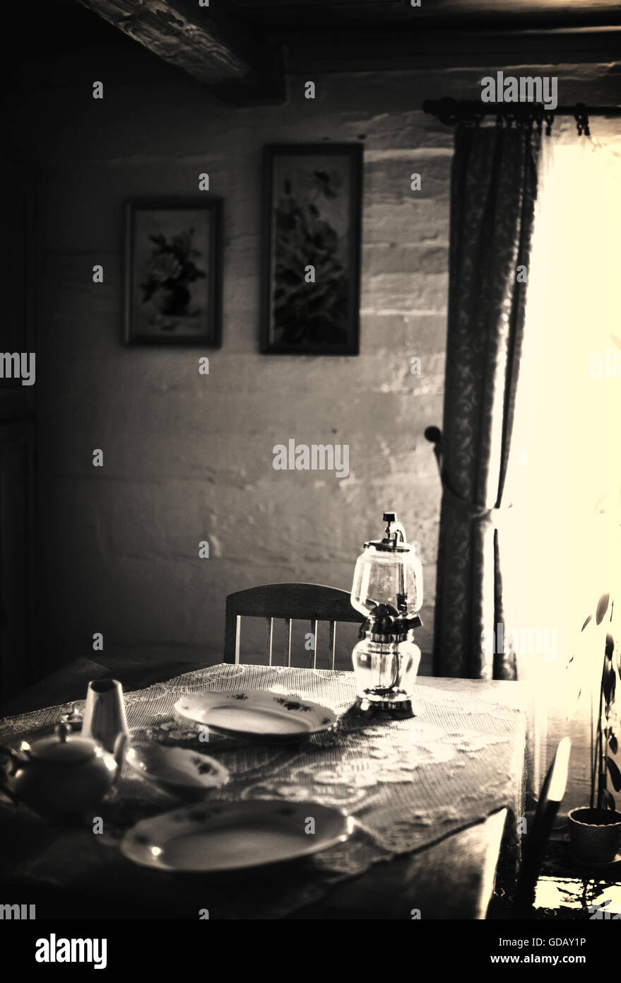Vieux cottage avec la lampe de table, assiettes, Photo Stock