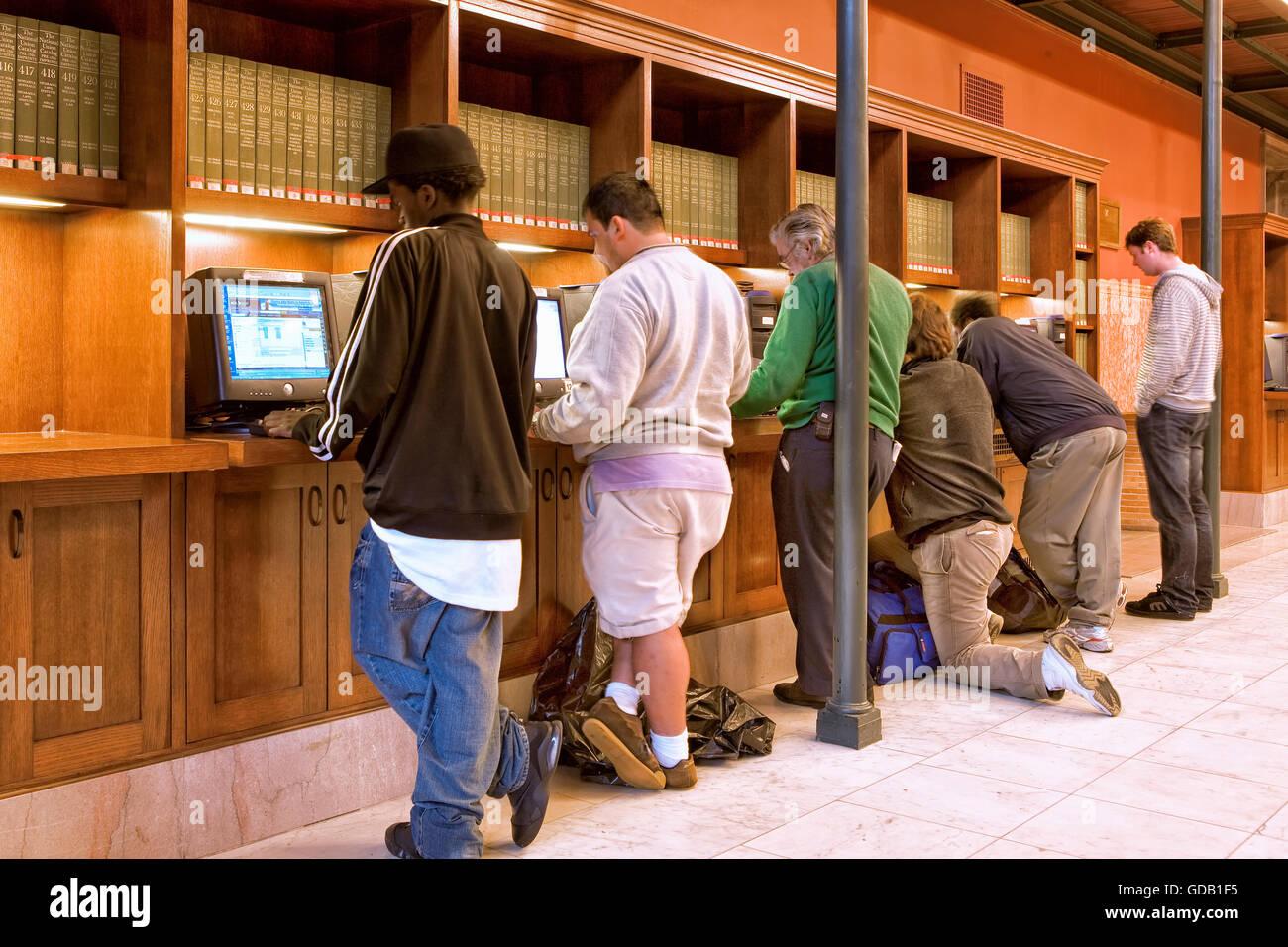 Les utilisateurs d'Internet dans la bibliothèque publique de Boston Photo Stock