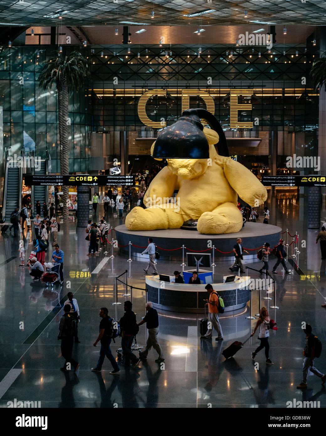 Artiste Urs Fischer's $6.8Million sculture d'un Ours géant à l'Aéroport International Hamad, Doha. Banque D'Images