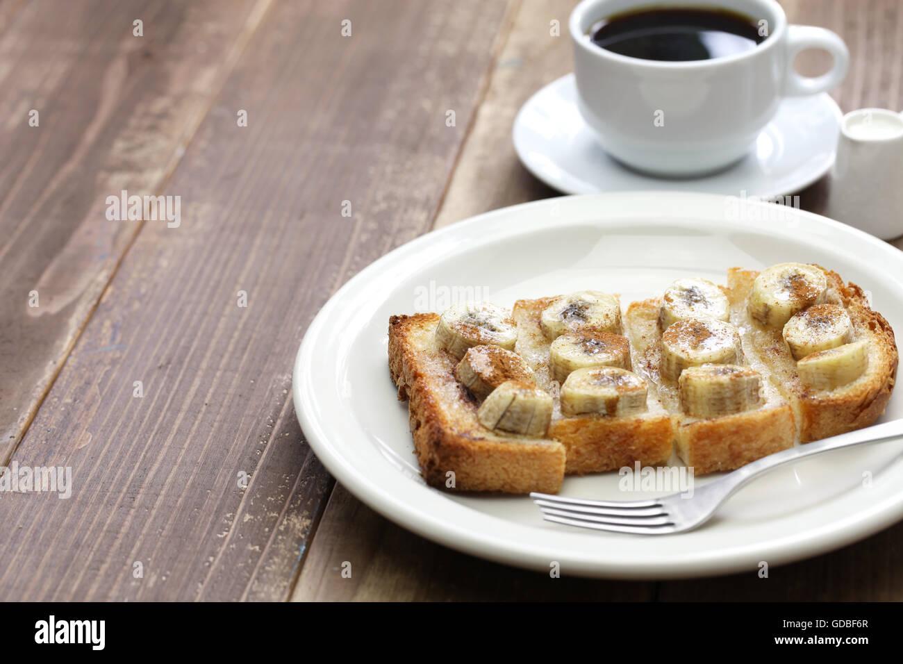 Sucre cannelle toast banane et une tasse de café Photo Stock