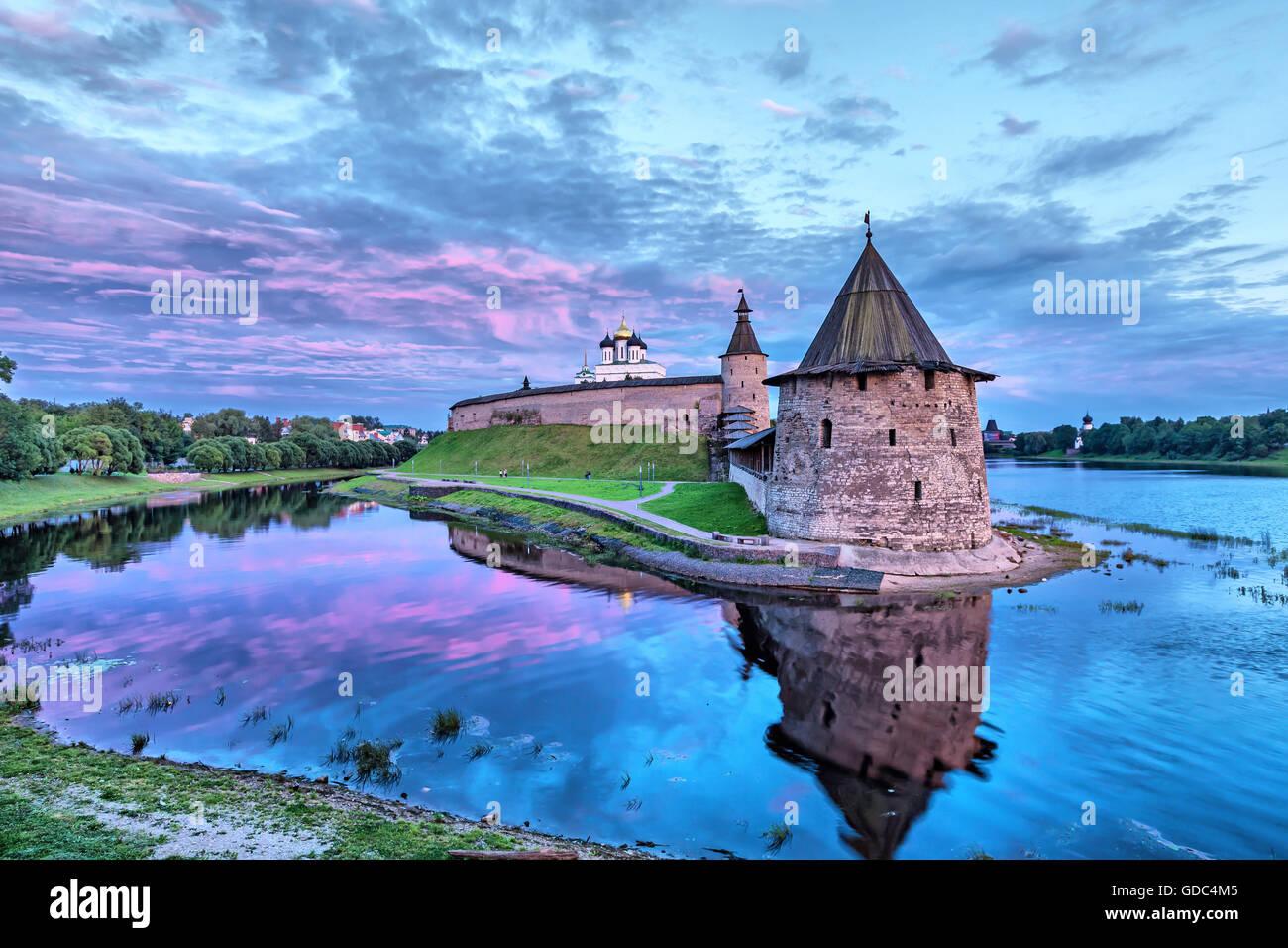 Ciel du soir mauve sur Pskov Kremlin et Ploskaya Tower en face de vue (HDR-effet) Photo Stock