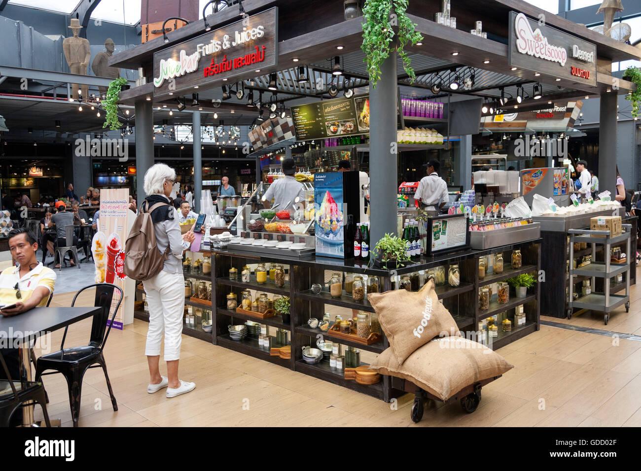 À l'heure du déjeuner à Bangkok (Thaïlande), un haut femme touristiques en face d'un Photo Stock
