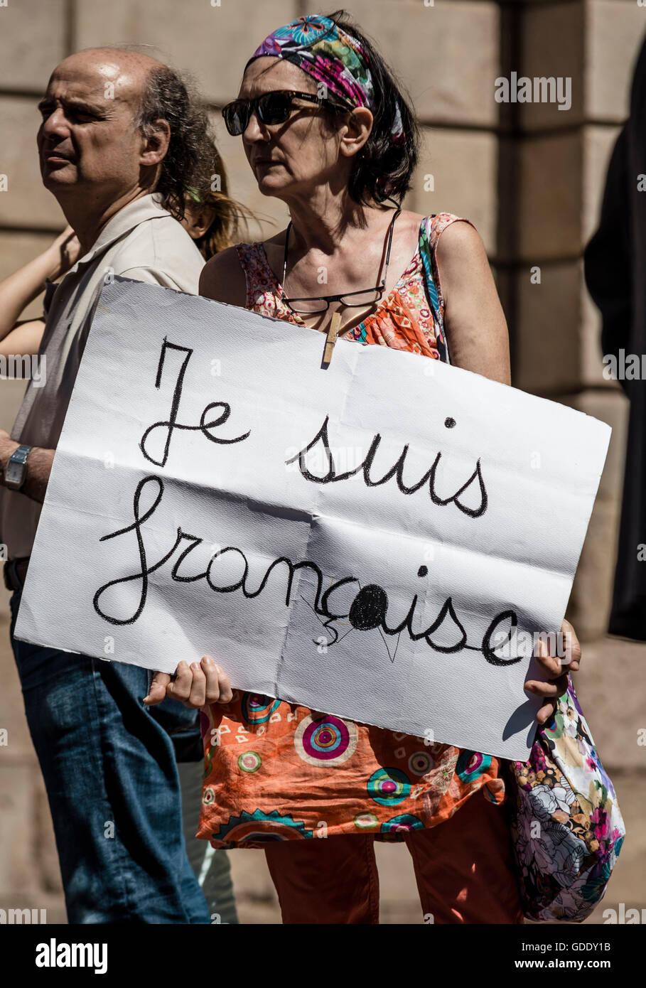 Barcelone, Espagne. 15 juillet, 2016. Une femme est titulaire d'un placard en face de la Generalitat pour une minute de silence pour les victimes de crise de Nice: Crédit matthi/Alamy Live News Banque D'Images