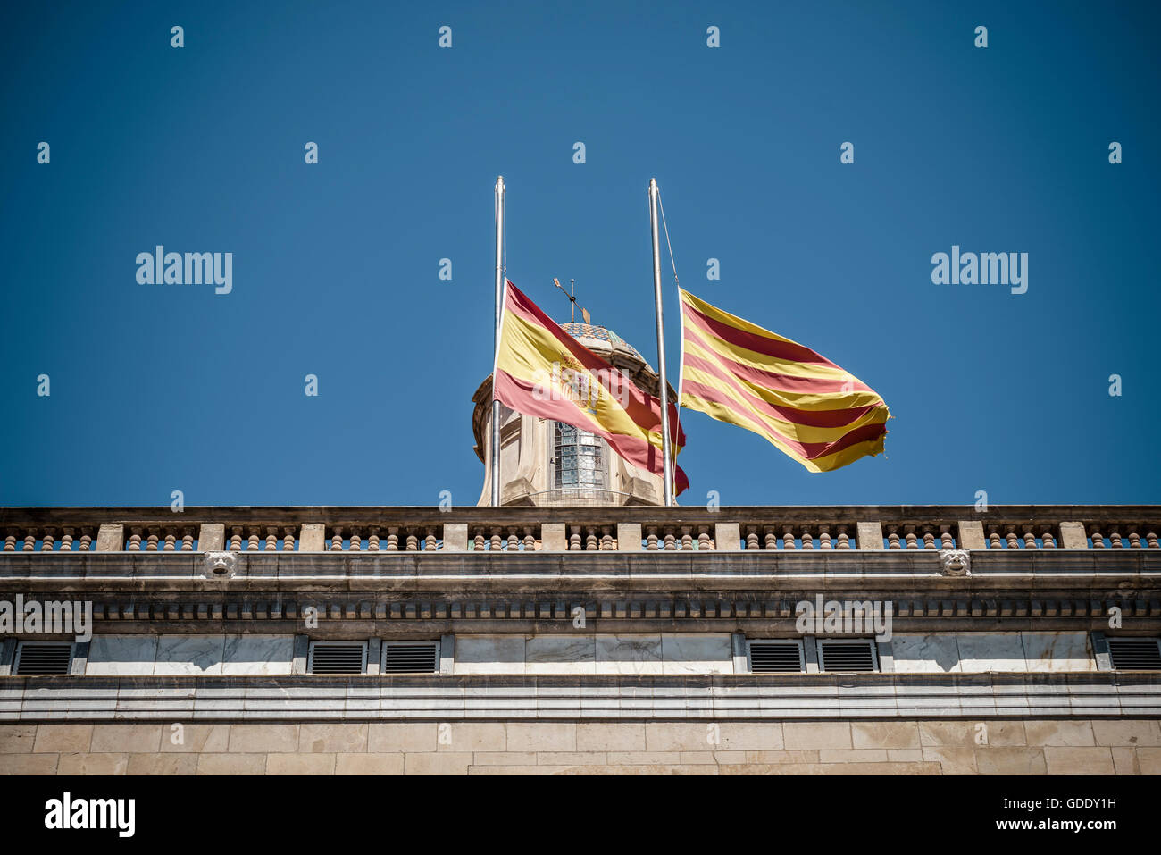 Barcelone, Espagne. 15 juillet, 2016. L'Espagnol et Catalan sont les drapeaux en berne en commémoration de l'attaque de Nice victimes sur le dessus de la Generalitat en crédit de Barcelone: matthi/Alamy Live News Banque D'Images