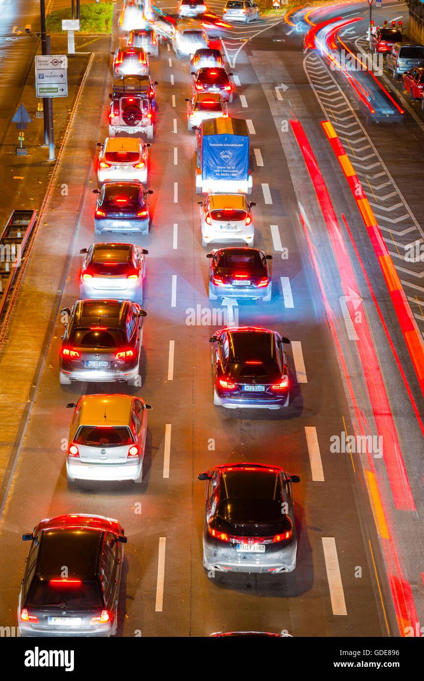 Véhicules automobiles,trafic,de l'heure de pointe,flou,feux de stop,Allemagne,europe,automobiles,Cologne,nuit, Photo Stock