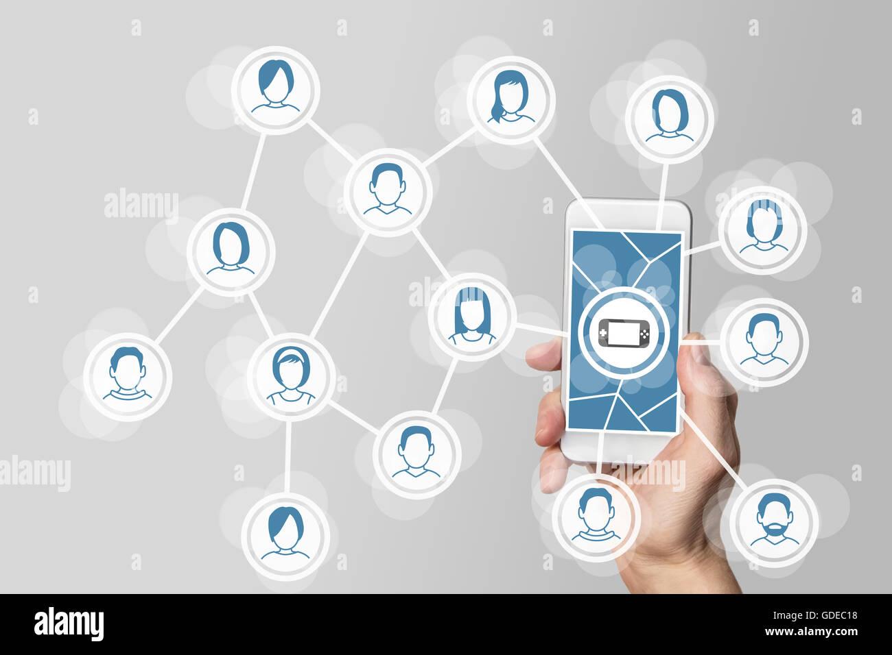 Concept des Jeux mobiles et sociaux avec la holding smartphone connecté au réseau. Photo Stock