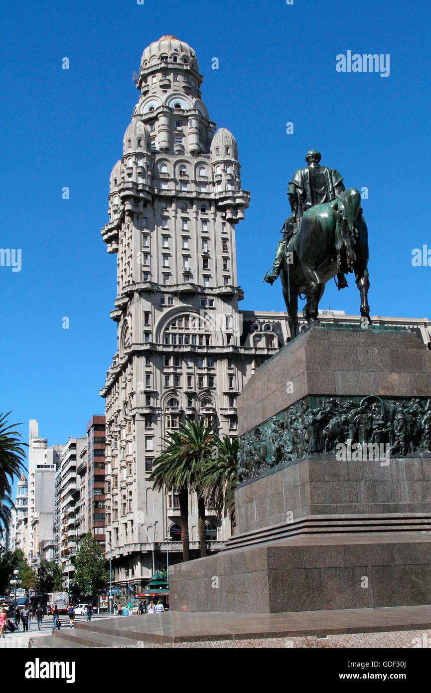 Salve Palace, statue équestre du général José Gervasio Artigas, place de l'indépendance, Photo Stock
