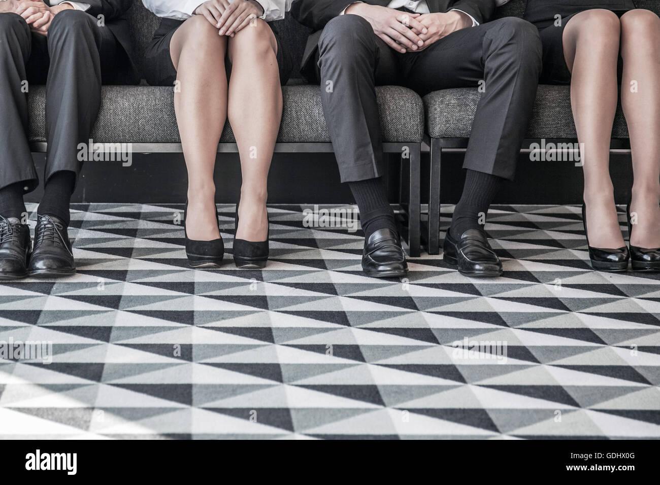 Les personnes en attente d'entrevue d'emploi assis dans une rangée Photo Stock