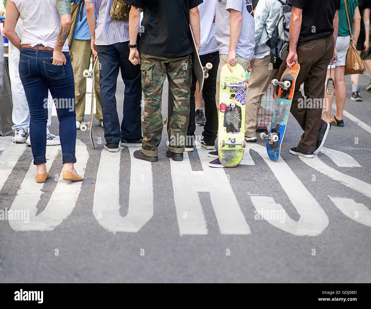 Un groupe de planchistes de traîner dans NYC. Photo Stock