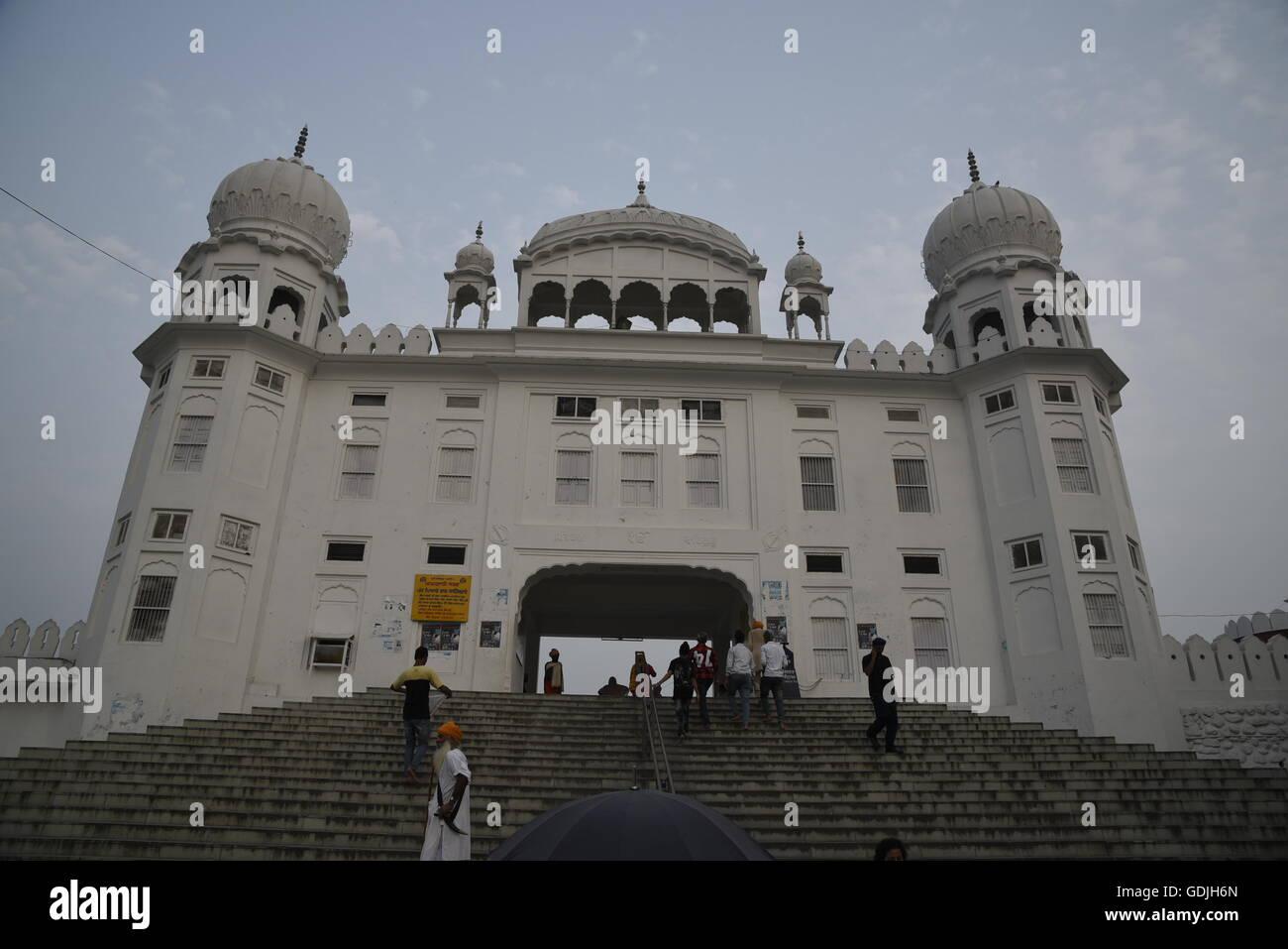 Escaliers d'accès et porte de Gurudwara Sahib Anandgarh Qila, Anandpur Sahib, Punjab, en Inde, en Asie Banque D'Images