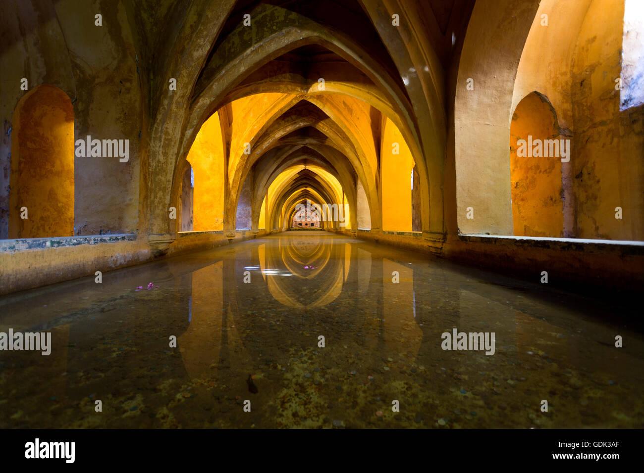 Vue sur les thermes de Dame Maria de Padilla, réservoirs d'eau de pluie sous le Patio del Crucero, dans Photo Stock