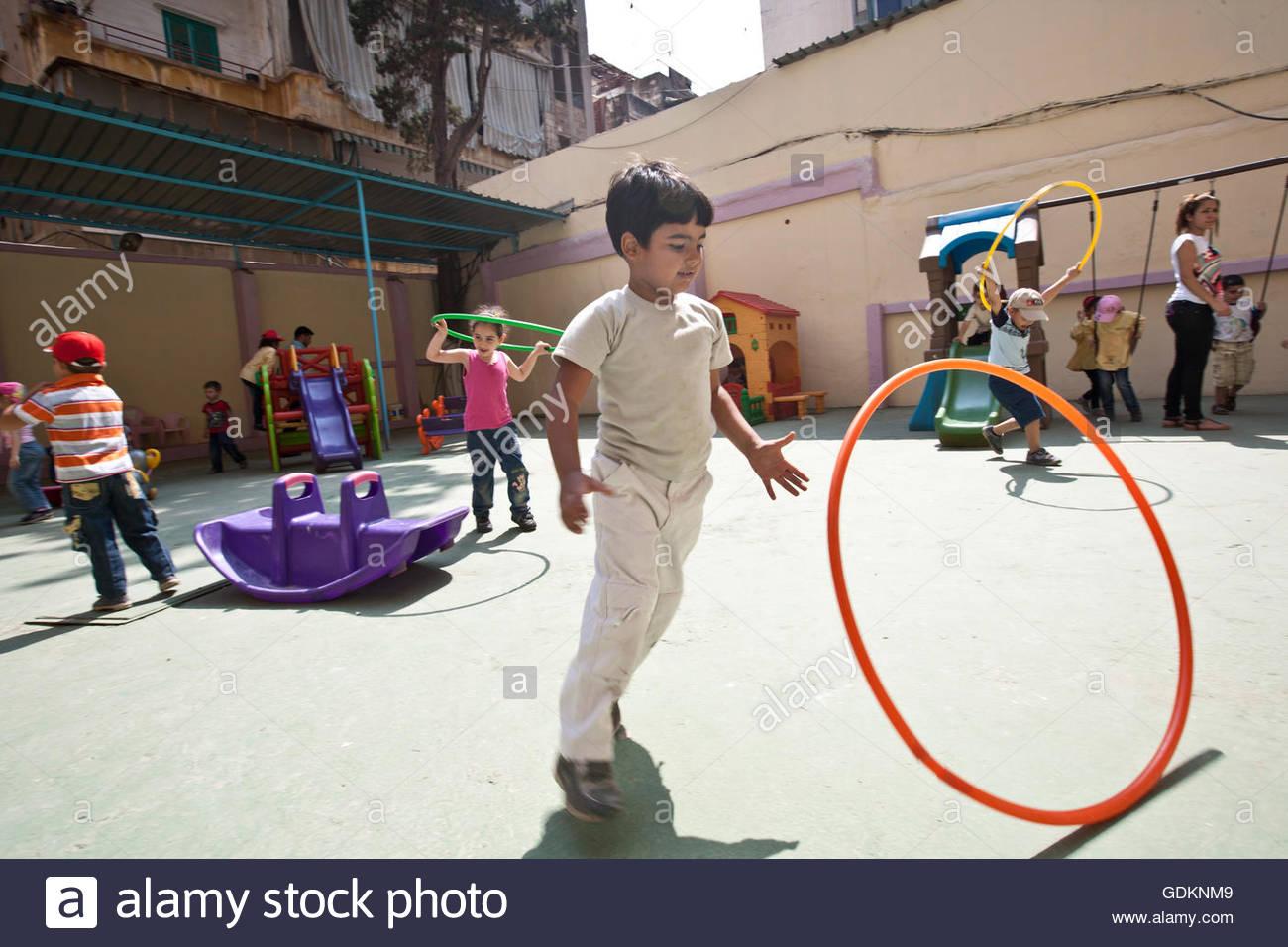 Liban - BEYROUTH - Enfants jouant dans le terrain de jeux de l'école. JCC Kindegarden dans le camp de réfugiés Photo Stock