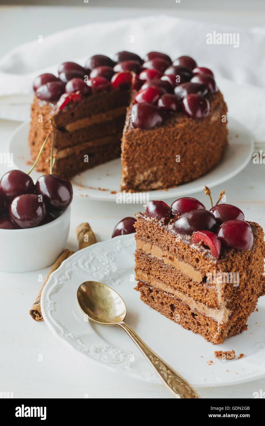 Morceau de gâteau au chocolat avec Black cherry point sélective verticale Photo Stock