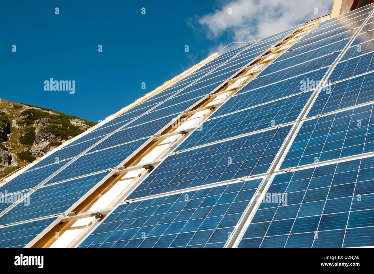 Des panneaux solaires sur la toiture du bâtiment Photo Stock
