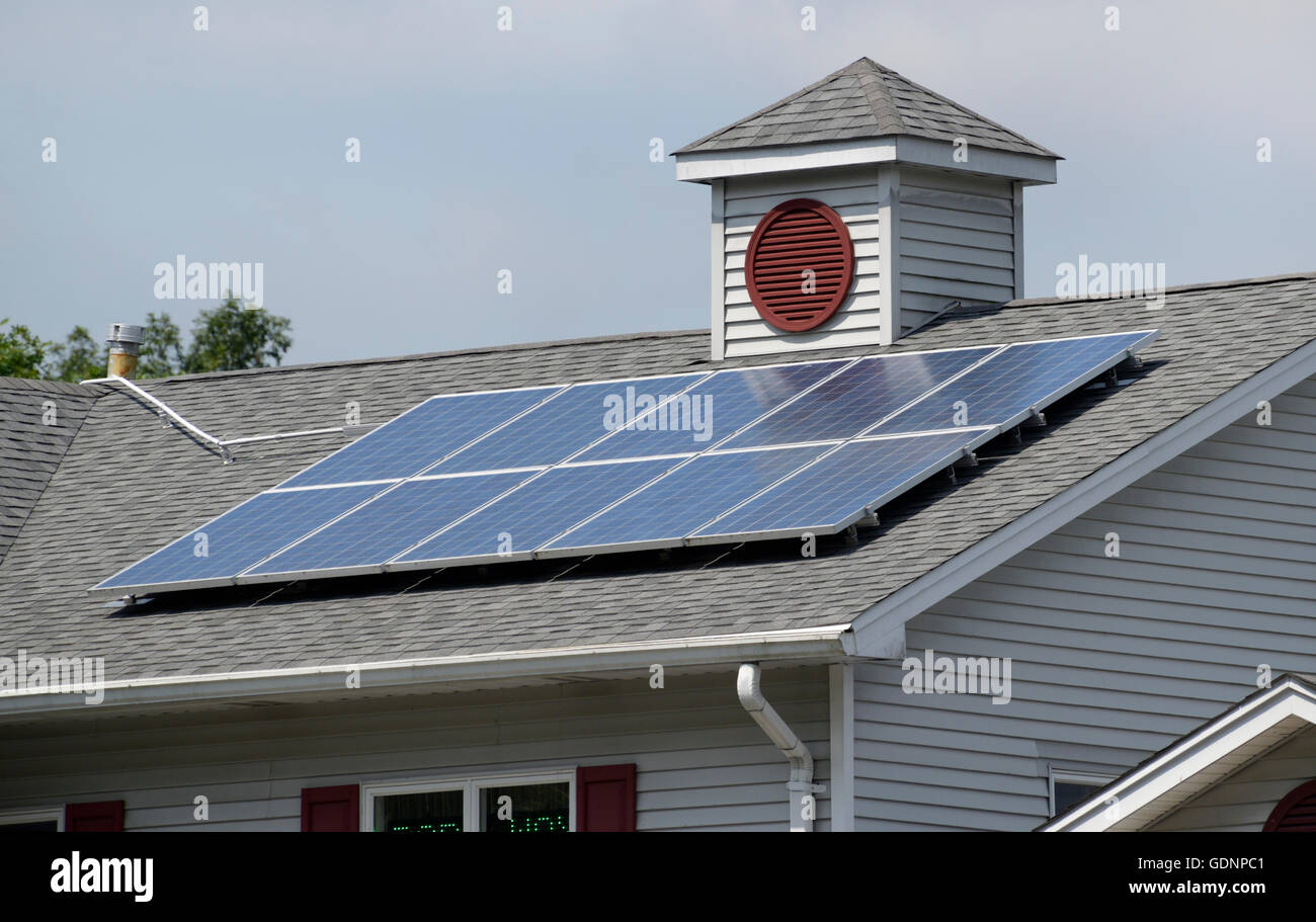 Des panneaux solaires sur le toit d'un bâtiment, dans le nord de la NJ Photo Stock