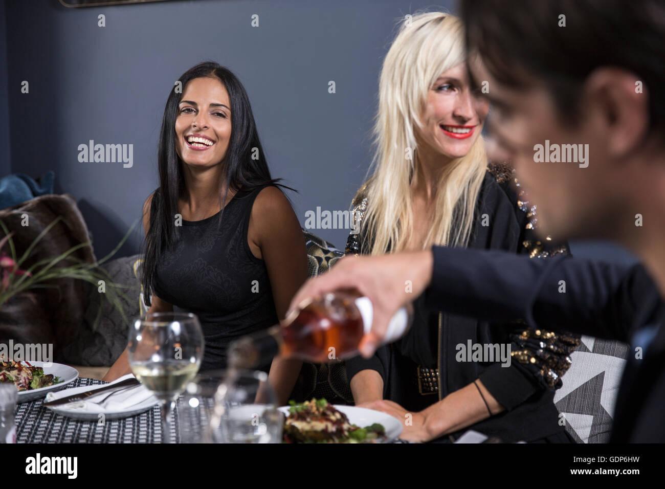 Les amis de dîner dans restaurant Photo Stock
