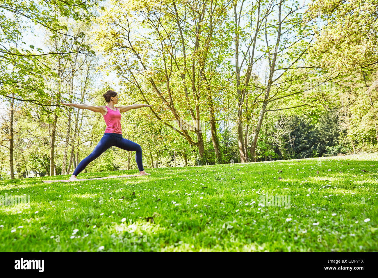 Femme, les bras ouverts, les jambes en position de yoga Photo Stock