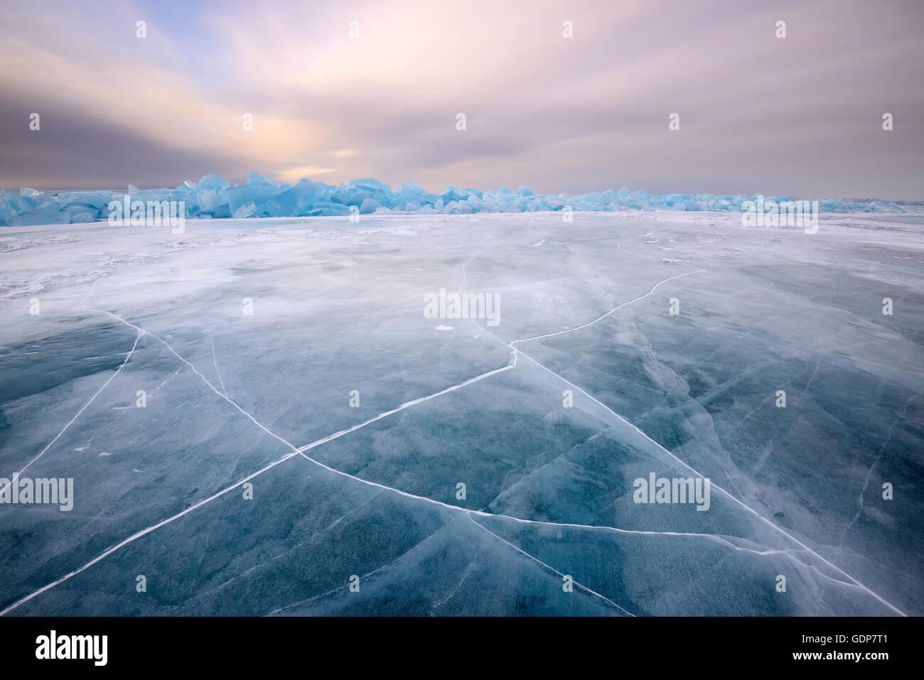 Glace à motifs craquelés, lac Baïkal, l'île Olkhon, Sibérie, Russie Photo Stock