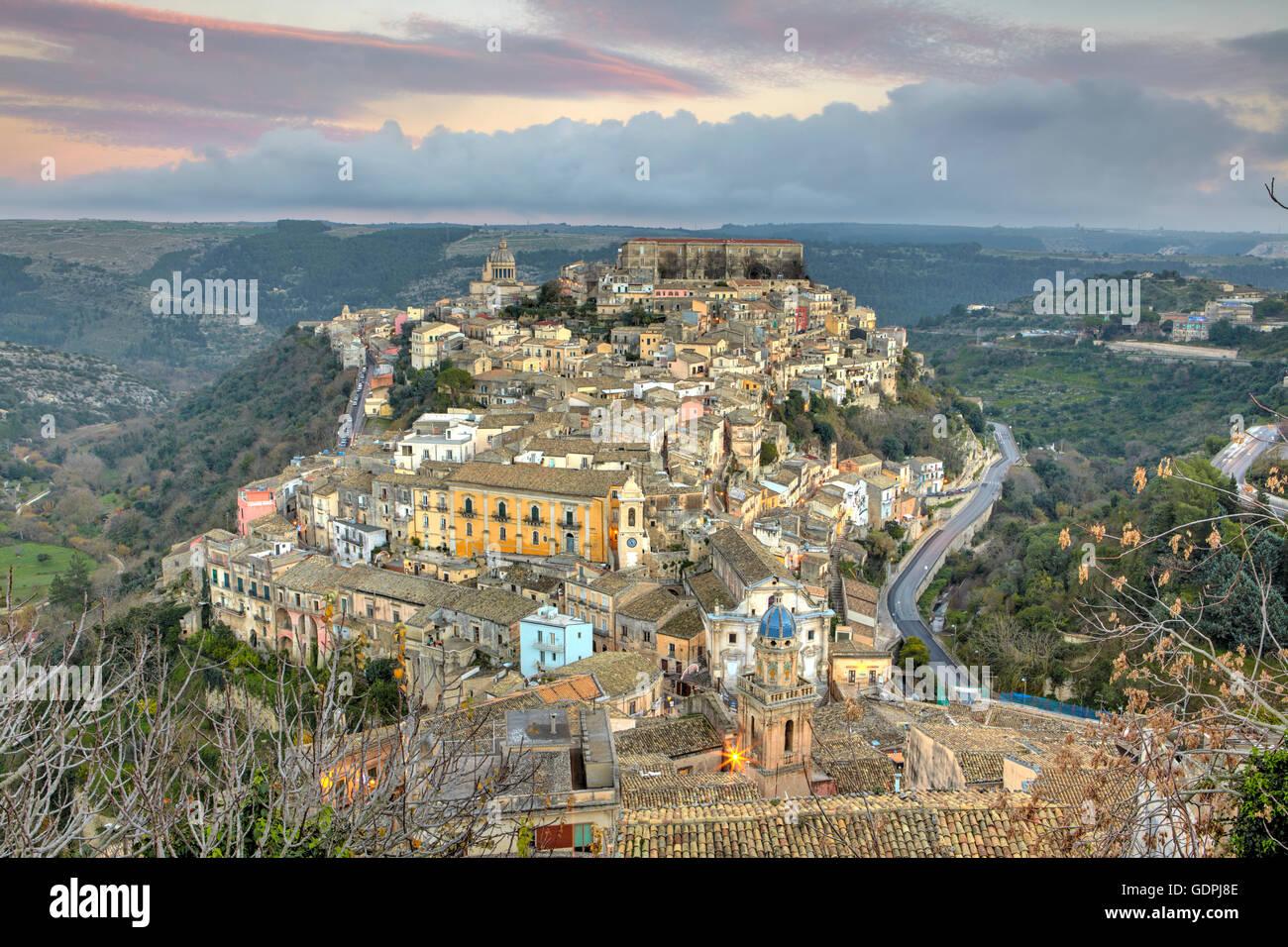 La ville de Ragusa Ibla, au crépuscule, en Sicile, Italie Photo Stock